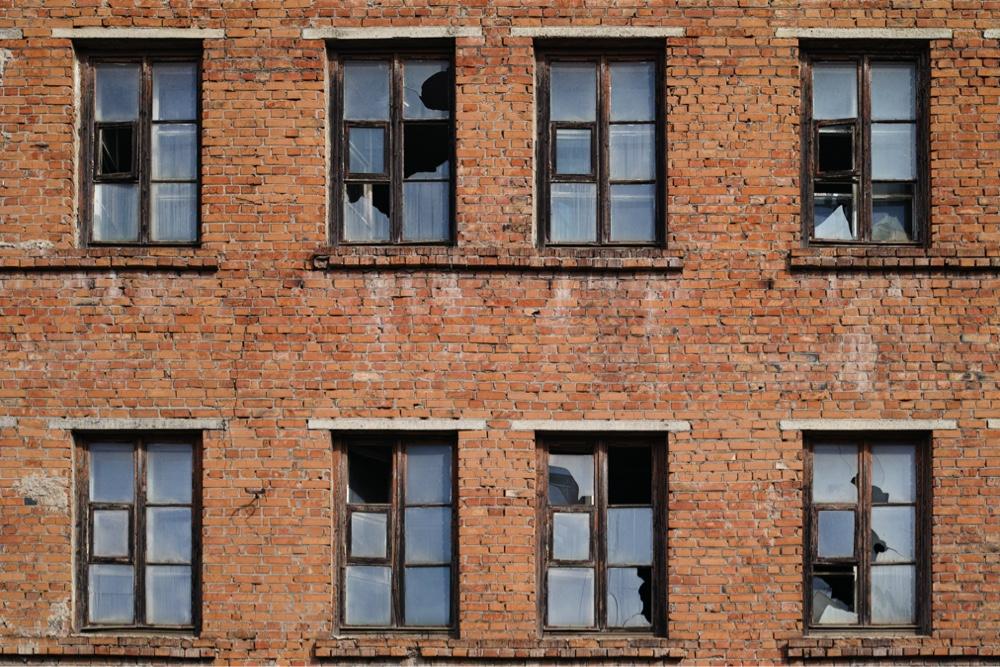 Een gebouw met gebroken ramen